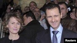الأسد وعقيلته خلال تصويتهما على الدستور الجديد - 26 شباط 2012