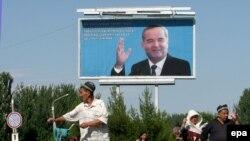 Өзбекстандын мурунку президенти Ислам Каримовдун сүрөтү.