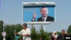 Билборд президента Каримова на улице Андижана. Каримов не разрешил независимое расследование событий в Андижане.