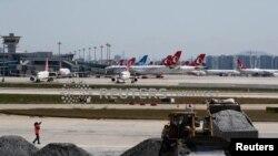 Стамбулдун Ататүрк аэропортунун үч учуп-конуу тилкесинин экөөнө коронавирустан жабыркагандар үчүн оорукана курулууда. Апрель, 2020-жыл.