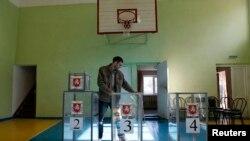 Избирательные урны на участке в Симферополе.