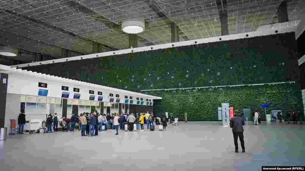 «Жива» зелена стіна біля стійок реєстрації