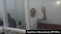 Жанболат Мамай в огороженной для подсудимых кабинке в помещении суда. Алматы, 21 августа 2017 года.