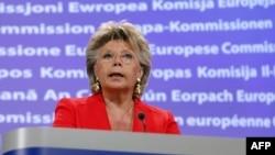 Еврокомиссар по юстиции Вивиан Рединг заявила на пресс-конференции в Брюсселе, что в данном случае Франция нарушает фундаментальные права человека