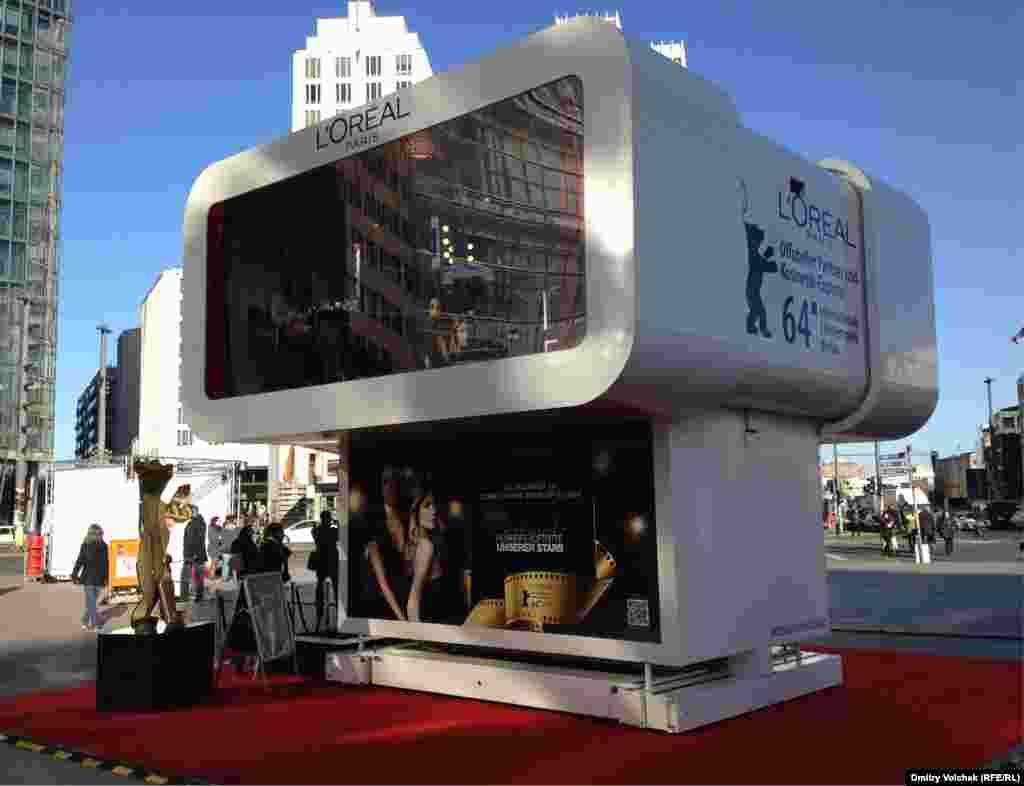 В студии спонсора Берлинале, компании L'Oreal, можно сделать маникюр по дороге в кино