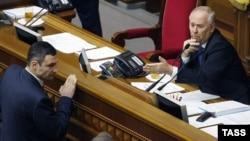 Украина оппозициясының лидері Виталий Кличко (сол жақта) және парламент спикері болған Владимир Рыбак. Киев, 6 ақпан 2014 жыл.