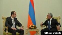 Президент Армении Серж Саргсян (справа) принимает министра иностранных дел Грузии Михеила Джанелидзе, Ереван, 25 марта 2016 г.