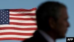 Джордж Буш на тле сьцягу ЗША