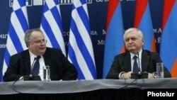 Հունաստանի և Հայաստանի արտգործնախարարներ Նիկոս Կոցիասը (ձ) և Էդվարդ Նալբանդյանը համատեղ ասուլիսում: