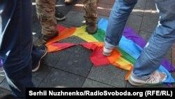 Растоптанный флаг ЛГБТ, иллюстративное фото