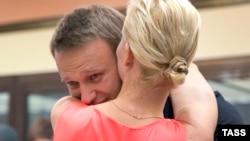 Навальний обіймає свою дружину після звільнення в залі суду, 19 липня 2013 року