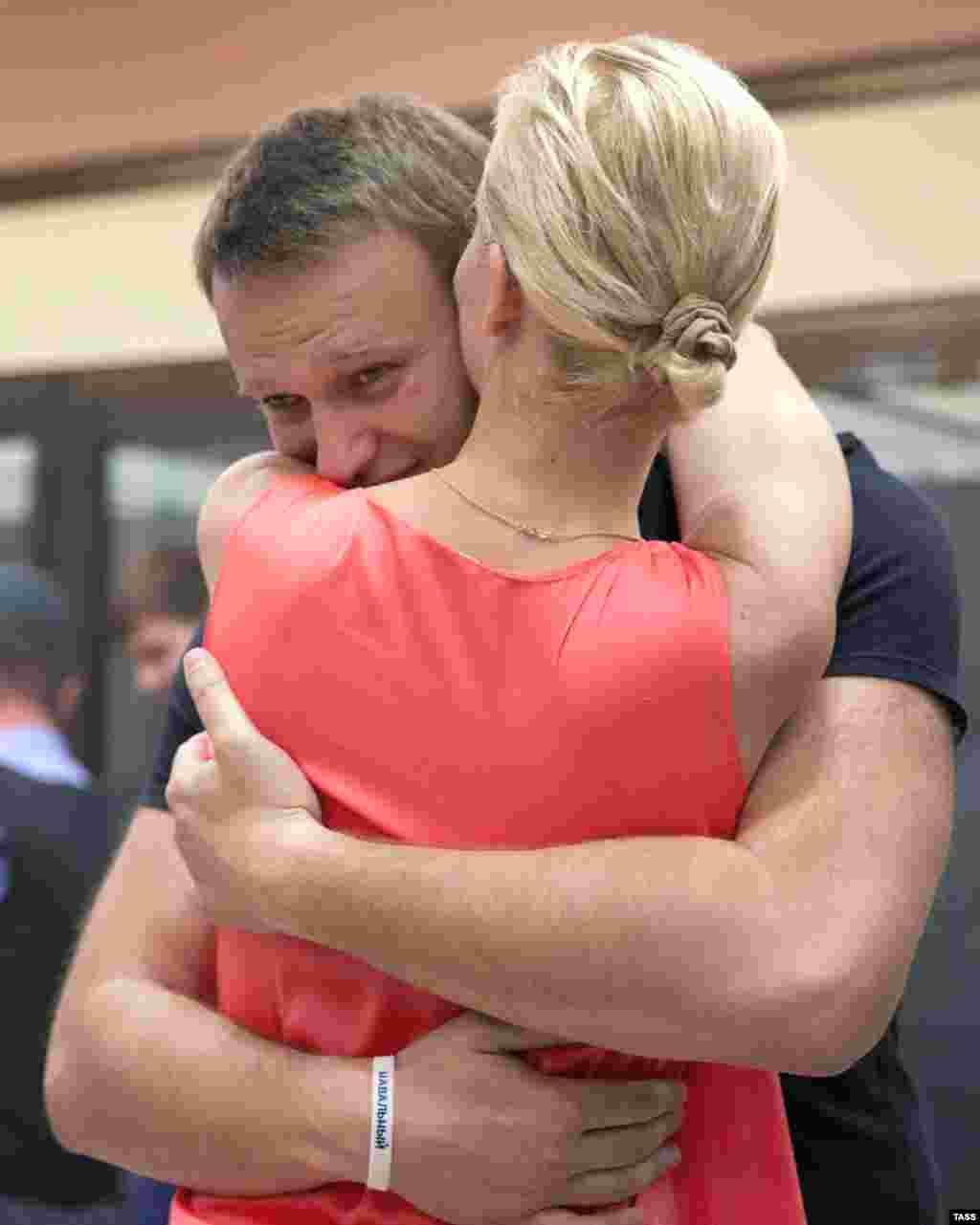 Şərti azadlığa çıxan bloqqer Alexei Navalny həyat yoldaşı Yulia ilə görüşərkən. Kirov məhkəməsi