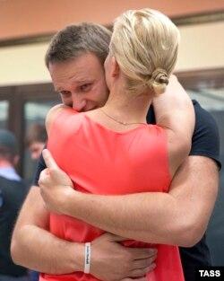 Олексій Навальний обіймає свою дружину у залі суду після звільнення його з-під варти, Кіров, 19 липня 2013 року