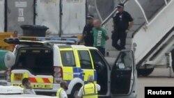 پلیس با حضور در هواپیما یک نفر را برای بازجویی پیاده کرده است.