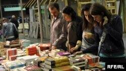 Na Sajmu knjiha u Sarajevu - fotografija iz arhive: Midhat Poturović