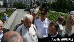 Пикетны оештыручылар белән Илгиз Сарманов сөйләште