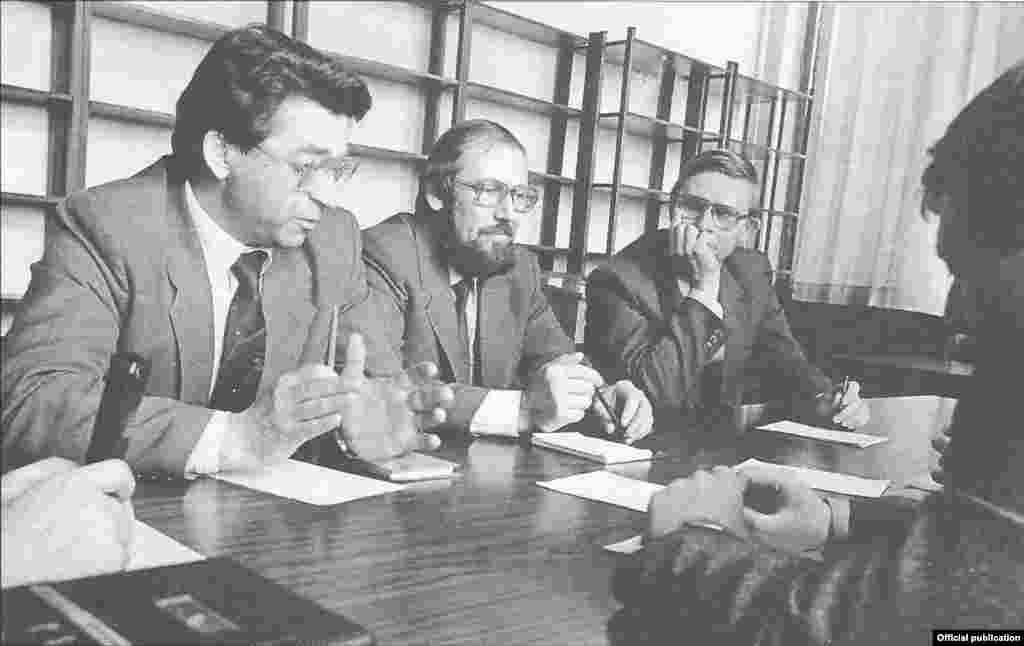 1990 елларда партия обкомы хезмәткәрләре иҗтимагый хәрәкәтләр җитәкчелеге белән дә еш очраша