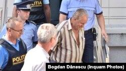 Percheziția la casa și curtea suspectului se reia abia după ce presupusul criminal se întoarce de la expertiza psihiatrică din București