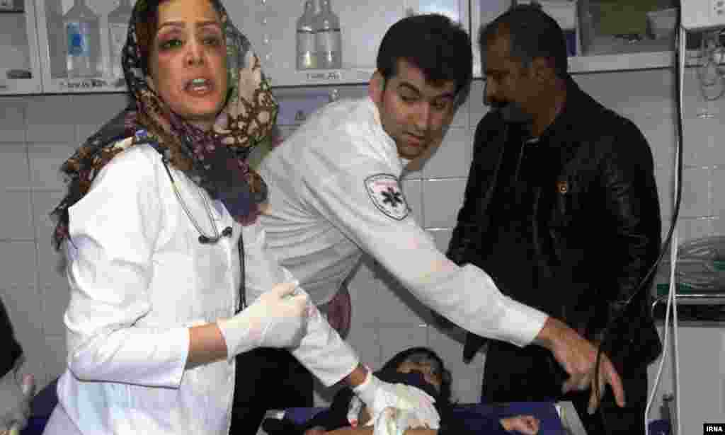 Медики оказывают помощь пострадавшим в провинции Керманшах.
