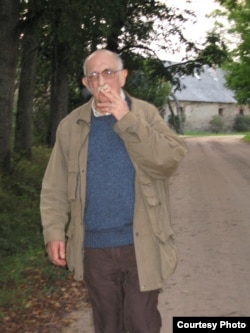 Александр Пятигорский в Звартаве, Латвия. Фото Людмилы Пятигорской