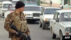Өзбекстан -- Атайын даярдыктагы бөлүктүн аскери Ташкенттин бир көчөсүндө, 31-март, 2004.