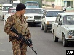 Полицейский в узбекском городе, март 2004 года.