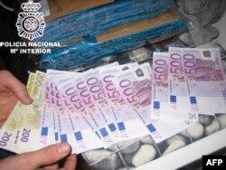 Деньги наркомафии. Наличные, изъятые испанской полицией у наркоторговцев во время одной из операций у побережья страны