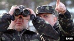 Исполняющий обязанности президента Украины Александр Турчинов (слева) на военных учениях на полигоне вблизи Чернигова