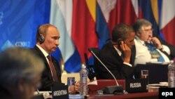 Мексикадағы «Үлкен жиырмалық» саммитінде отырған Ресей президенті Владимир Путин (сол жақта) мен АҚШ президенті Барак Обама. Мехико, 18 қаңтар 2012 жыл.