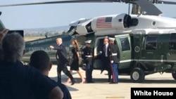 АҚШ президенті Дональд Трамптың әйелі Меланиямен бірге Сицилиядағы АҚШ әскери базасына келген сәті.