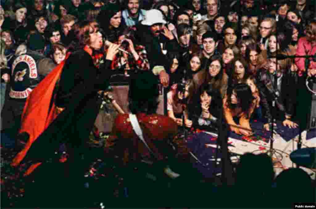 ჯგუფის მიერ 1969 წელს ჩატარებული, ალტამონტის სპიდვეის სკანდალურად ცნობილი კონცერტი, რომელზეც ბაიკერების გუნდის, Hell's Angels-ის წევრმა დანით მოკლა ერთ-ერთი მაყურებელი.
