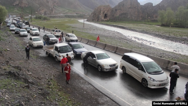 The Osh-Erkechtam highway in southern Kyrgyzstan has been blocked since May 27. (file photo)
