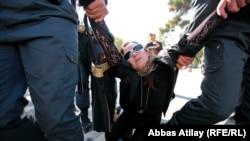 Член Женской организации ПНФА Кемале Бананярлы в руках полиции при пресечении акции протеста на Площади фонтанов в Баку, 20 октября 2012