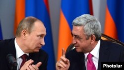 Armenia - President Serzh Sarkisian and his Russian counterpart Vladimir Putin at a news conference in Yerevan, 2Dec2013.