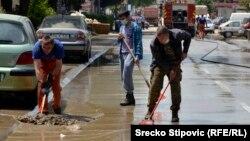 Čišćenje ulica nakon poplave u Doboju