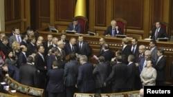 Депутати опозиційних фракцій блокують парламентську трибуну, Київ, 15 листопада 2011 року