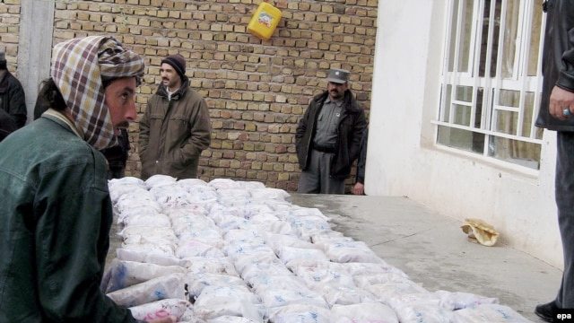 Security officials seize packets of heroin in western Afghanistan, near the border with Iran. (file photo)