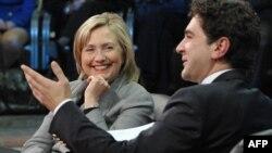 Prishtinë - Hillary Clinton gjatë debatit me studentë dhe përfaqësues të OJQ-ve