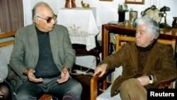 Yasar Kemal, në të majt, bisedon me autorin, Aziz Nesin në Stamboll, 20 Janar 1995