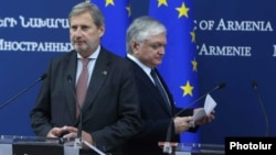 Armenia - Armenian Foreign Minister Edward Nalbandian (E) and EU Commissioner Johannes Hahn arrive for a news conference in Yerevan, 2Oct2017.