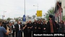 Porodice nastradalih na otkrivanju spomenika u Novom Sadu, foto: Norbert Šinković