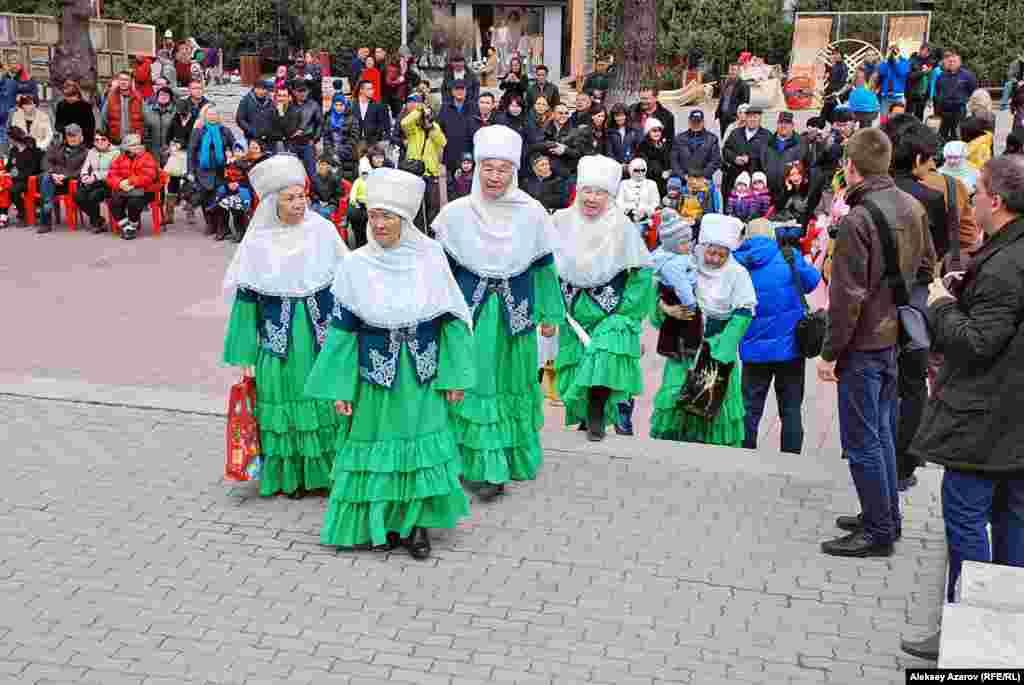 Коллектив «Он екі апа ансамбілі» («Ансамбль двенадцати бабушек») собирается показать национальные казахские традиции «Бесикке салу» (укладывание ребенка в колыбель) и «Тусау кесу» (перерезание символических пут начавшему ходить ребенку).