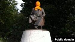 Памятник Абаю с оранжевым платком на голове. Москва, 17 августа 2012 года. Фото со страницы Бориса Акунина на Facebook'e.