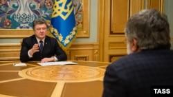 Петр Порошенко (сол жақта) мен Игорь Коломойский. Киев, 25 наурыз 2015 жыл.