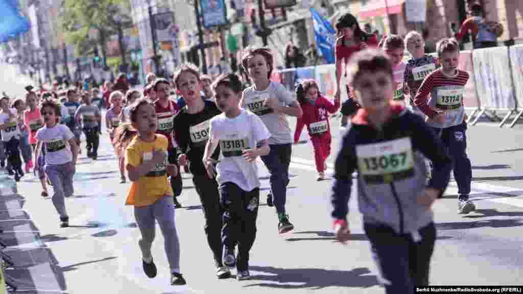 Доки дорослі бігли 21 кілометр, малеча змагалася на дистанції 100 і 500 метрів