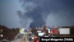 Дым от пожара на складе завода пластмасс, Симферополь, 20 февраля 2019 года