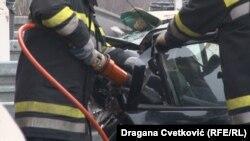 Vatrogasci pokušavaju doći do žrtava oštećenog automobila, Doljevac