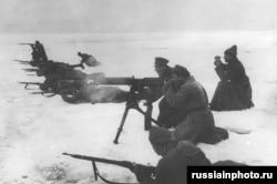 Советские военные продвигаются через скованный льдом Финский залив к кронштадтскому порту. Март 1921 года.