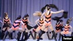 """Скриншот видеоролика, в котором участницы оренбургской танцевальной школы-студии исполняют танец """"Пчёлки и Винни-Пух""""."""