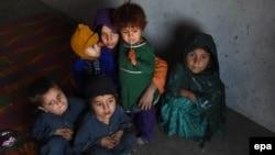 """Афганские дети, семьи которых покинули свои дома в провинции Нангархар из-за боев между силами безопасности и боевиками """"Исламского государства"""""""
